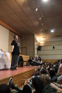 Pamela Palenciano en el salón de actos de la facultad de Ciencias de la Información / Imagen de Martina Carvajal.