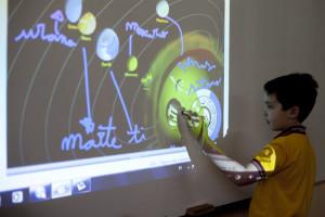 Los niños de temprana edad aprenden el uso de los nuevos aparatos tecnológicos