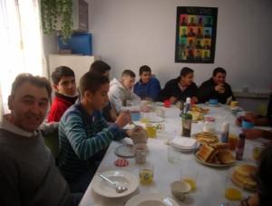 Alumnos desayunando en el A.C.E