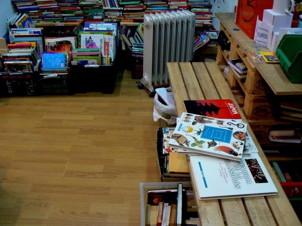 Banco donde la gente deja los libros que dona