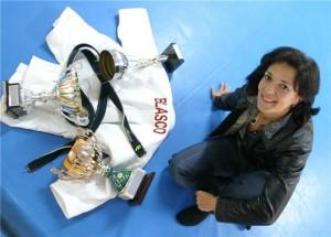 Miriam Blasco posa con su equipación y alguna de sus títulos