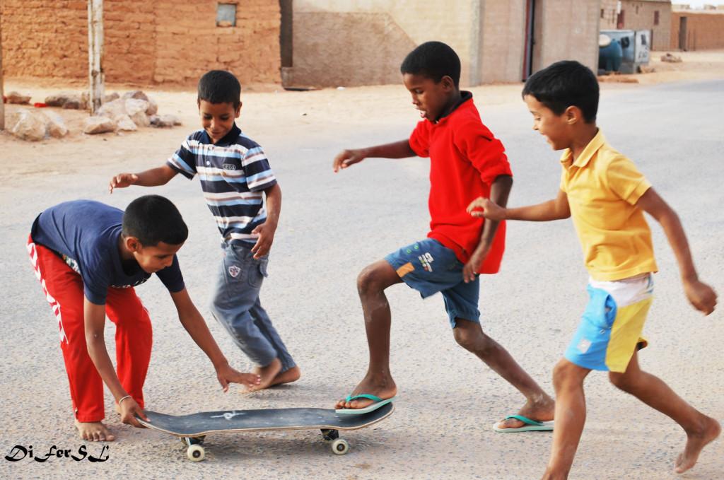 Niños jugando en el campamento de refugiados