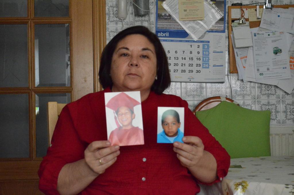 Sofía sostiene con nostalgia dos fotografías del menor al que acogió