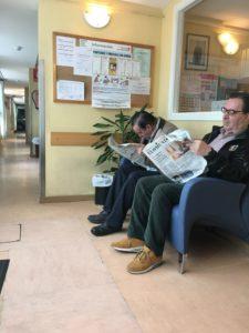 Usuarios de comedor social leyendo la prensa / Grupo 04