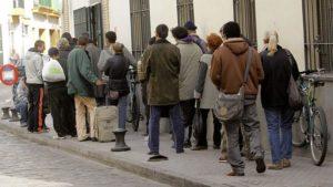 Fila de personas esperando su comida / Internet