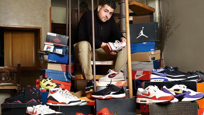 Un joven rodeado de su colección de zapatillas / SILVIA VARELA.