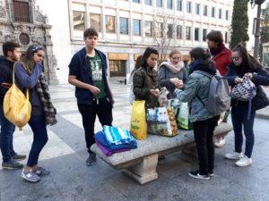 los jóvenes ayudan a mendigos en el centro de Madrid