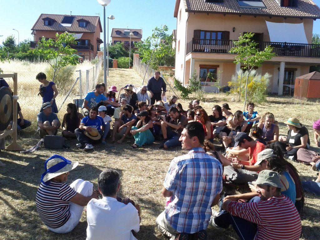 Habitantes de la ecoaldea se juntan para dar clases de educación medioambiental