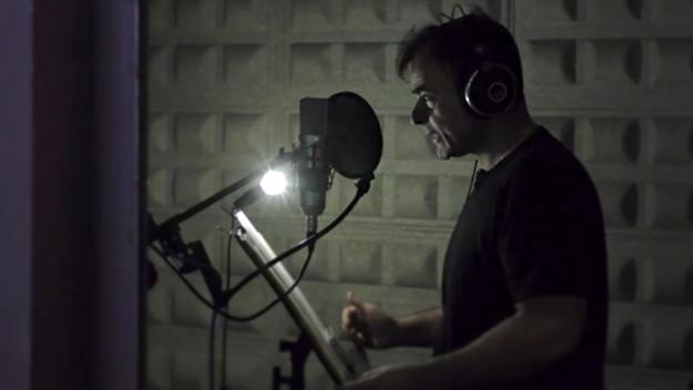 Un actor de doblaje trabajando en un estudio. Imagen: Huawei