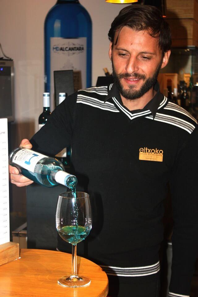 Soumellier Valentín Giurca sirviendo una copa de vino azul/Variaciónxxi